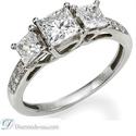 Foto Anillo de diamantes 3 piedras, corte princesa, diamantes laterales de
