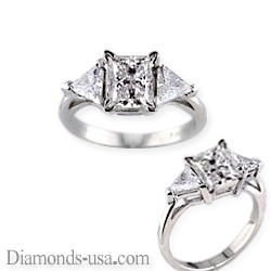 Anillo de compromiso con diamantes triangulares laterales.