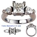 Foto Anillo de compromiso con diamantes laterales en forma de pera de