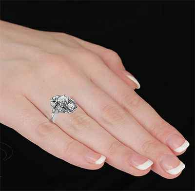 Anillo de compromiso Art Deco diamantes laterales de 0,42 quilates