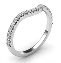 Foto Correa de matrimonio a juego para el delicado anillo de compromiso de halo redondo de