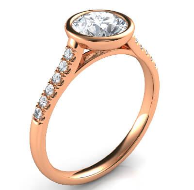 Anillo de compromiso en oro rosa, delicado, de bajo perfil, para rondas, con diamantes laterales-Pamela