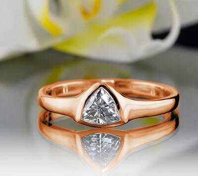 Anillo de compromiso barato con triángulo de oro rosa con diamante natural de 0.24 quilates H VS1