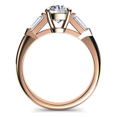 Anillo de compromiso de oro rosa con dos diamantes de baguette de 0,42 carros en total.