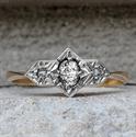 Foto Trilogía Art Deco genuina. Anillo de compromiso con un centro natural de diamante de 0,10 quilates. de