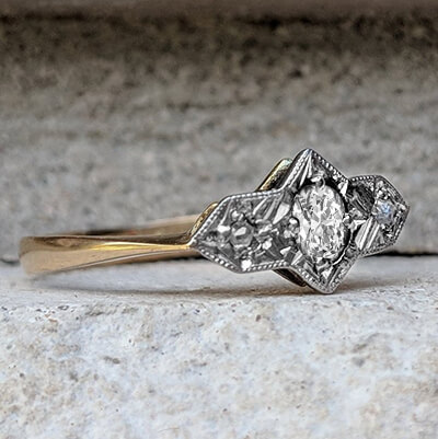 Trilogía Art Deco genuina. Anillo de compromiso con un centro natural de diamante de 0,10 quilates.