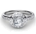 Foto Anillo de compromiso Halo contemporáneo con diamantes laterales engastados. de