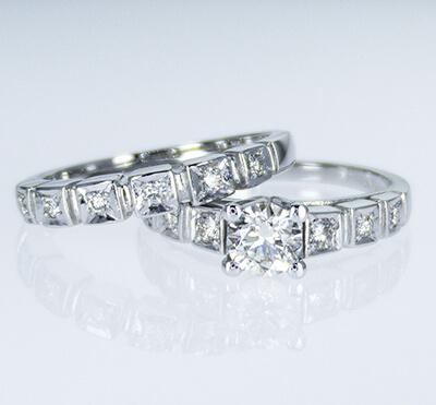 Conjuntos de anillos de novia con diamantes laterales redondos