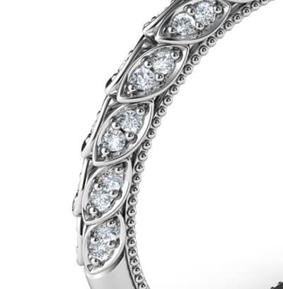 Alianza a juego con hojas engastadas con diamantes.